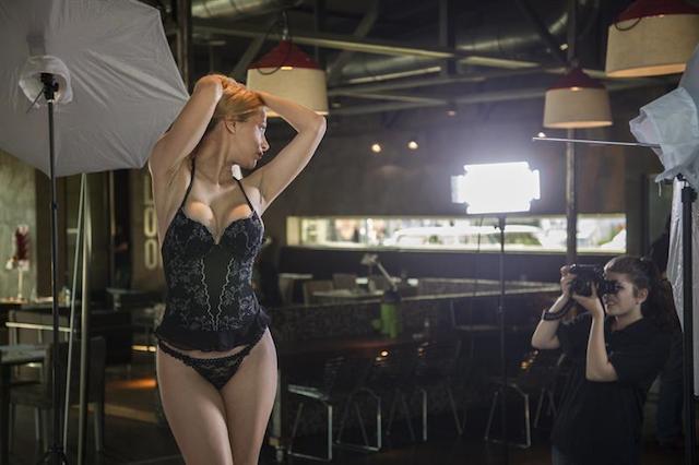 Una modelo posa durante el casting de Playboy en Paraguay. EFE/Santi Carneri
