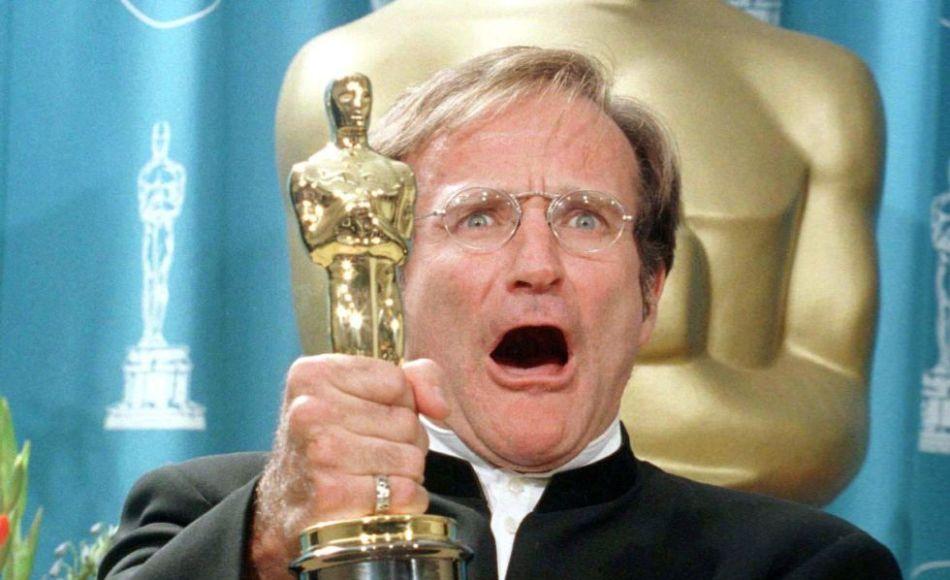 Robin Williams con su Oscar tras bambalinas en la 70a entrega de los Oscar en el Shrine Auditorium en Los Angeles en una fotografía de archivo del 23 de marzo de 1998.  (Foto AP/Reed Saxon, archivo)