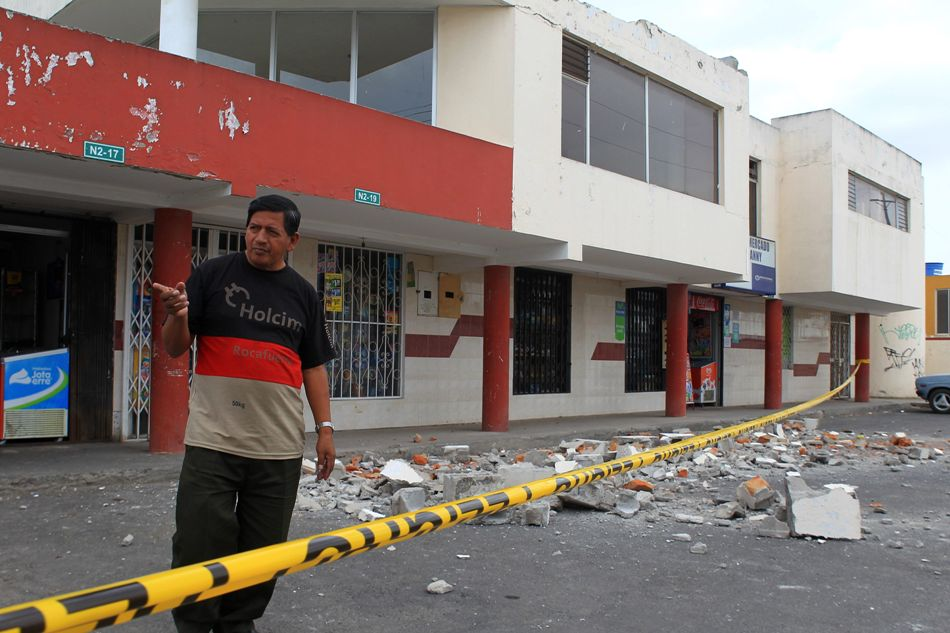 El ecuatoriano Alejandro León habla tras el derrumbe de la terraza donde vive durante el temblor de 4.7 grados de magnitud hoy, sábado 16 de agosto de 2014, en Calderón (Ecuador). EFE/José Jácome