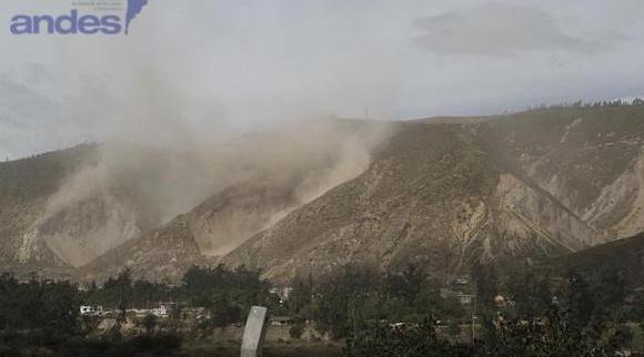 Deslizamiento de tierra tras réplicas de este domingo. Foto: Micaela Ayala/Andes.