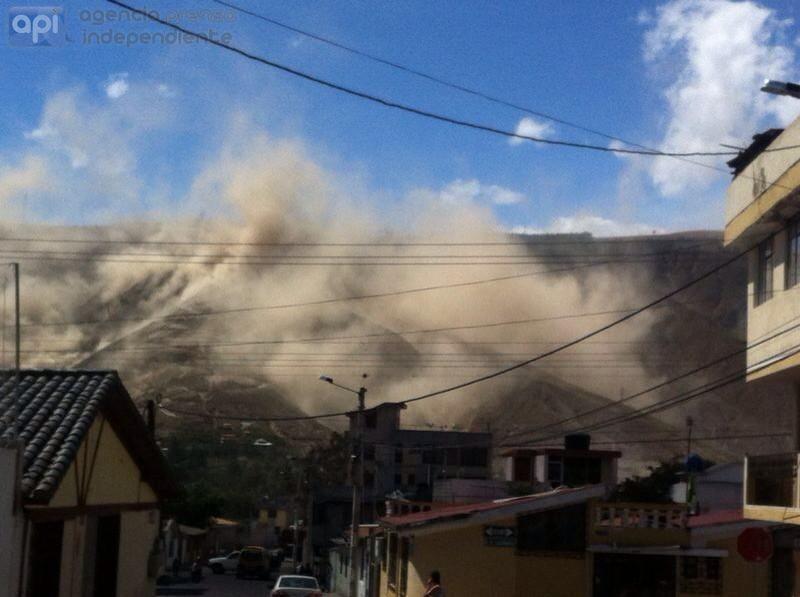 API. Agosto 16 de 2014. Un sismo 4.7 sacude Quito. @sofilarab
