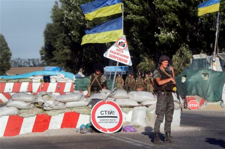 Soldados ucranianos custodian un puesto de control en el poblado de Mariupol, en el este de Ucrania, el miércoles 27 de agosto de 2014. (Foto AP/Sergei Grits)
