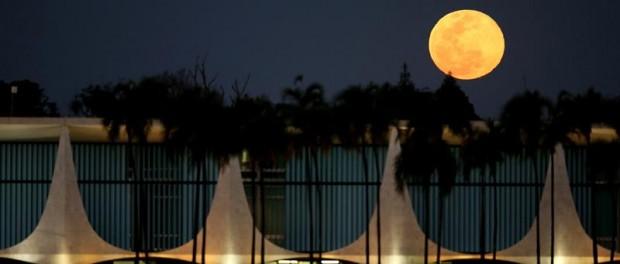 Vista de la Superluna desde el Palacio del Alvorada en Brasilia. EFE/Fernando Bizerra Jr.