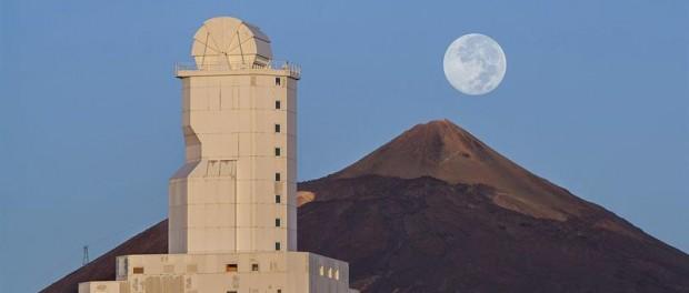 Fotografía facilitada por Daniel López de la superluna, tomada anoche en el observatorio del Instituto de Astrofísica de Canarias (IAC) en el Teide, en Tenerife. EFE/Daniel Lopez