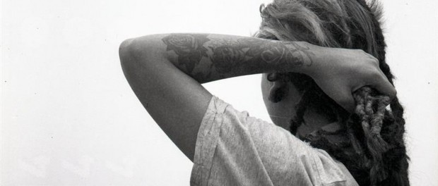 """Fotografía cedida por Kasa Roja que muestra a Cherman Quino Ganoza, artista plástico peruano cuya imagen hace parte de la exhibición de fotografía analógica """"Tatu-arte lo justo""""."""