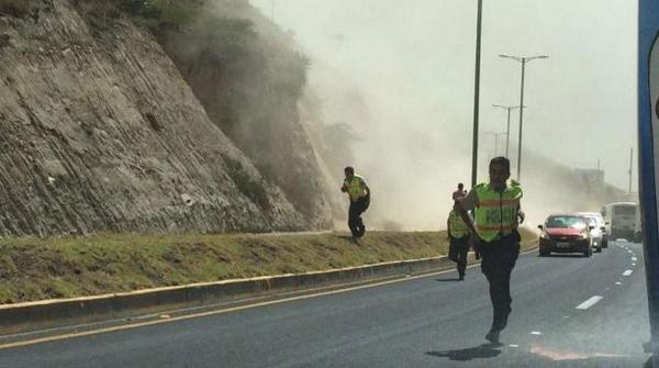 Fotografía del diario El Comercio, del 16 de agosto de 2014, en la carretera Panameriacana, durante el sismo 4.7.