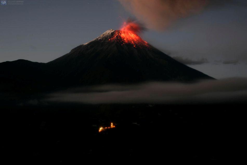 El volcán Tungurahua, visto desde Baños, la madrugada del 31 de agosto de 2014. API/Carlos Campaña