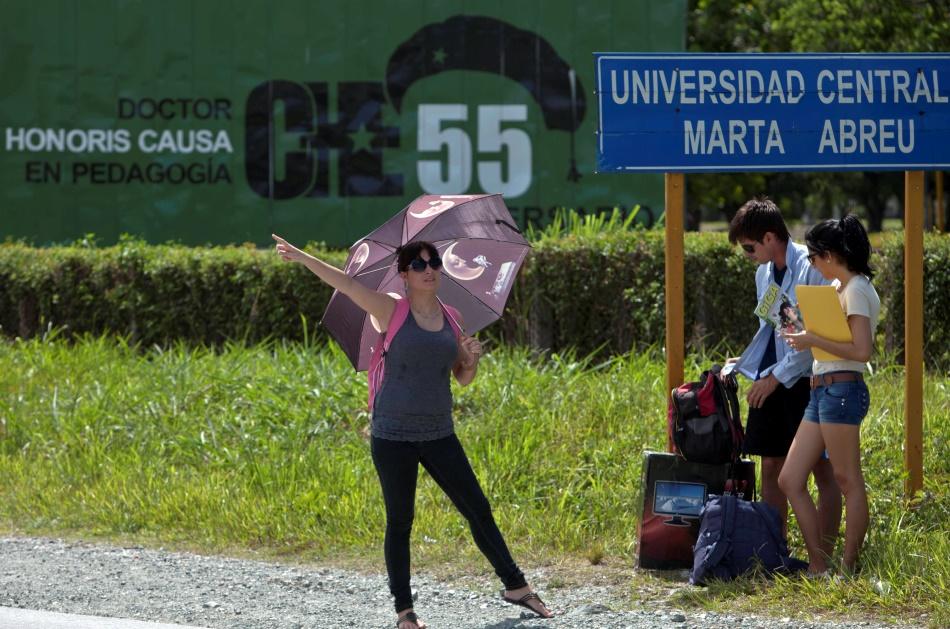 En esta foto del 11 de julio del 2014, un estudiante cubano trata de tomar un taxi a la salida de la Universidad Central Marta Abreu de Las Villas en Santa Clara, Cuba.  (Foto AP/Franklin Reyes)