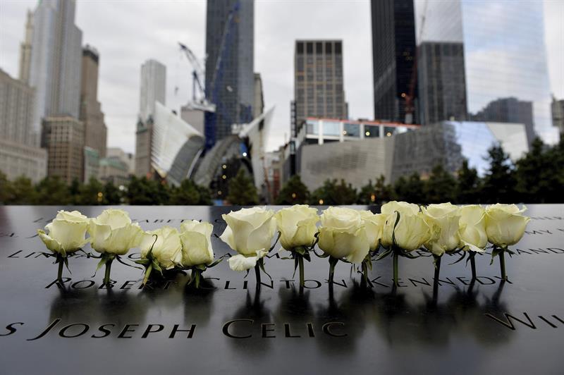NUEVA YORK (ESTADOS UNIDOS) 11/09/2014.- Rosas han sido colocadas en memoria de las víctimas de los ataques terroristas del 11S en 2001 durante el decimotercer aniversario del atentado hoy, jueves 11 de septiembre de 2014 en Nueva York (Estados Unidos). EFE/Justin Lane