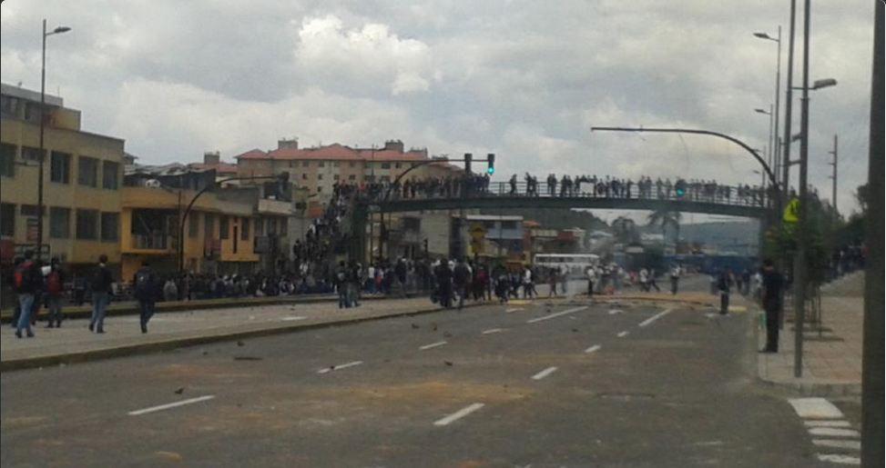 La avenida Napo, sur de Quito, cerrada por manifestaciones de estudiantes del colegio Montúfar. Foto: Hubel Onofre