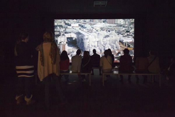 """Visitantes observan el video """"Inferno"""" de la artista israelí Yael Bartana hoy, viernes 5 de septiembre de 2014, durante la apertura para invitados y educadores de la 31 edición de la Bienal de Arte de Sao Paulo (Brasil),"""