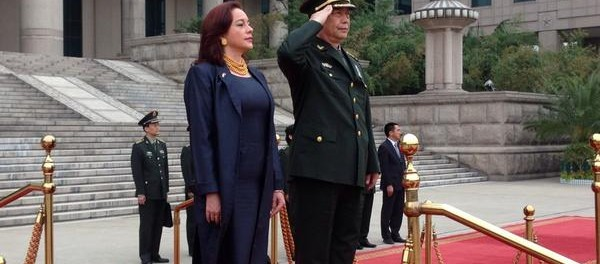 María Fernanda Espinosa, ministra de defensa del Ecuador con su homólogo chino.