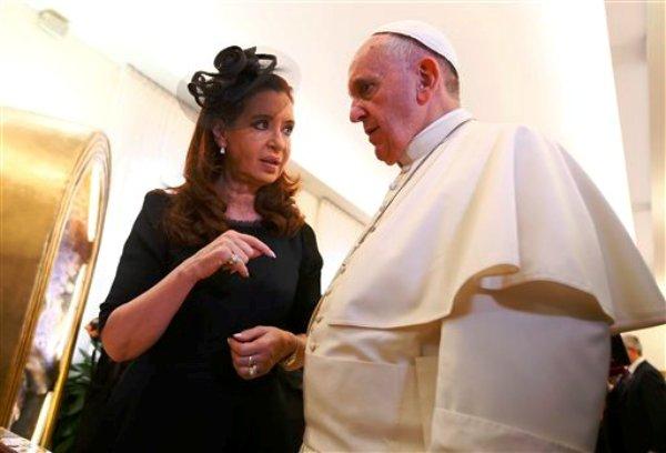 El papa Francisco habla con la presidenta argentina Cristina Fernández en el Vaticano, el sábado 20 de septiembre de 2014. (Foto AP/Tony Gentile).