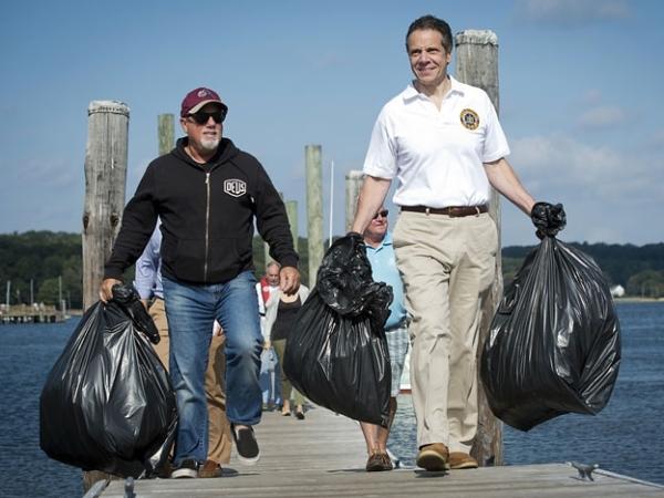 Billy Joel y Andrew Cuomo recogiendo basura en Long Island
