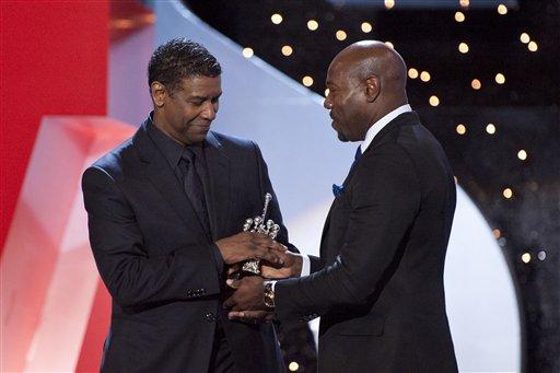 El actor estadounidense Denzel Washington, a la izquierda, recibe el Premio Donostia por sus contribuciones al cine, en el Festival de Cine de San Sebastián.