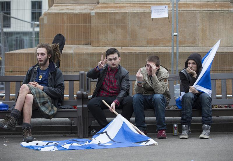 """GLASGOW (REINO UNIDO) 19/09/2014.- Simpatizantes a favor de la independencia de Escocia congregados en la plaza George Square de Glasgow, Escocia (Reino Unido) hoy, viernes 19 de septiembre de 2014. El """"no"""" a la independencia de Escocia ha ganado por diez puntos de diferencia en el referéndum celebrado ayer. EFE/Robert Perry"""