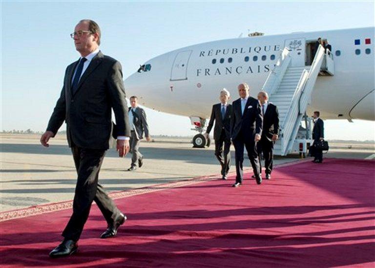 El presidente francés Francois Hollande, seguido por el canciller Laurent Fabius y el ministro de defensa Jean-Yves Le Drian, llegan a Bagdad, Irak, el viernes 12 de septiembre de 2014. (Foto AP/Alain Jocard, Pool)