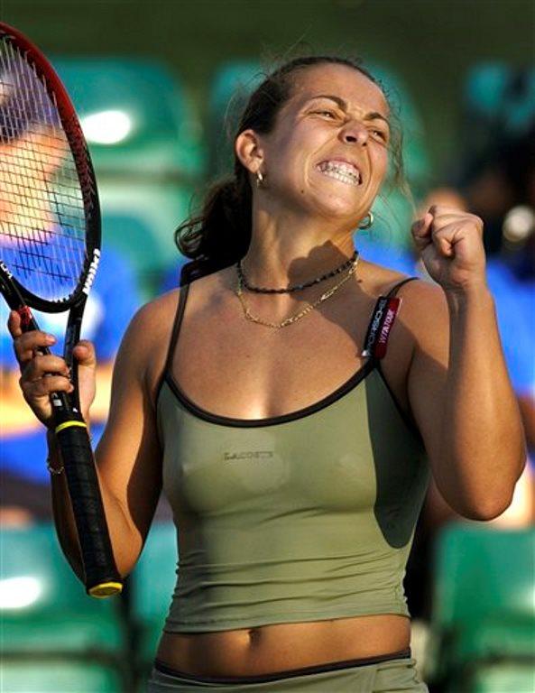 En fotografía del 10 de marzo de 2004 se ve a la entonces jugadora española de tenis Gala León celebrar su victoria sobre Tatiana Panova. León fue dessignada capitana del equipo Copa Davis de España el domingo 21 de septiembre de 2014. (Foto de AP/Laura Rauch, archivo).