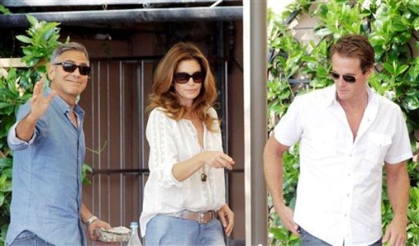 George Clooney, la ex modelo Cindy Crawford y su esposo Rande Gerber llegan al restaurante del hotel Cipriani en Venecia, Italia, el 27 de septiembre de 2014. Se cree que Clooney, de 53 años, se casa este fin de semana con la abogada Amal Alamuddin, de 36 años. (Foto AP/Andrew Medichini)