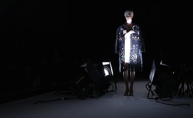 Una modelo presenta una creación prêt-à-porter de la colección primavera-verano 2015 del diseñador japonés Kunihiko Morinaga para la firma Anrealage durante la Semana de la Moda de París, en París (Francia), hoy, martes 23 de septiembre de 2014. La presentación de las colecciones de Mujer tendrá lugar entre el 23 de septiembre y el 1 de octubre. EFE/Christophe Karaba