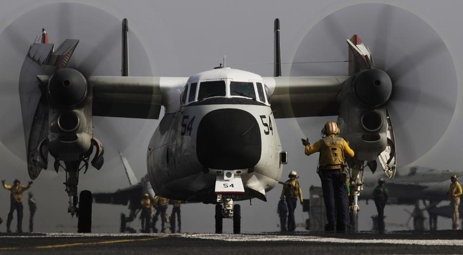Elementos de la Naval estadounidense preparan un avión que se usará en misiones contra el grupo Estado Islámico en Irak, desde el portaaviones USS George H.W. Bush en el Golfo Pérsico, el 10 de agosto de 2014.  (Foto AP/Hasan Jamali)