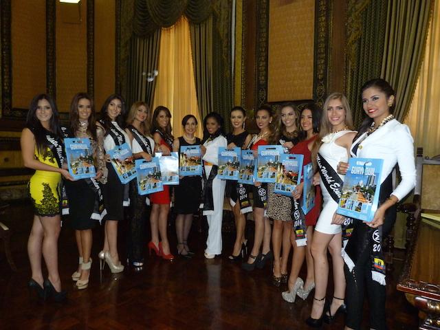 Las candidatas junto a Gloria Gallardo