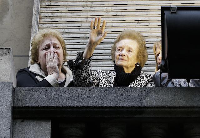 Acompañada por sus familiares, Lilian Clarke, la madre del rockero argentino Gustavo Cerati saluda a los admiradores durante el funeral de su hijo en Buenos Aires, Argentina, el viernes 5 de septiembre de 2014. (Foto AP/Victor R. Caivano)