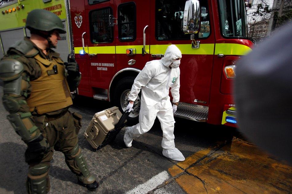 Un experto de la policía llega con su equipo hasta una estación del metro donde estalló una bomba que dejó heridas al menos a 7 personas en Santiago, Chile, el lunes 8 de septiembre de 2014. (AP Photo/ Luis Hidalgo).
