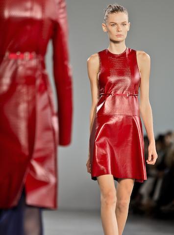 Una modelo presenta piezas de la colección primavera 2015 de Calvin Klein. (Foto AP/Bebeto Matthews)