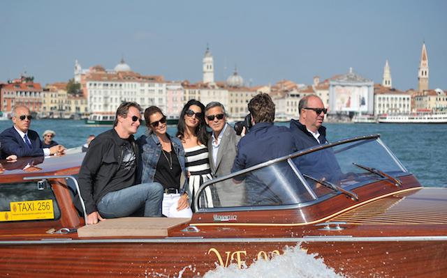 George Clooney, tercero de derecha a izquierda, su prometida Amal Alamuddin, Cindy Crawford y su esposo Rande Gerber pasan frene a la Plaza de San Marco a su llegada a Venecia, Italia, el viernes 26 de septiembre de 2014. Se espera que Clooney, de 53, y Alamuddin, de 36, se casen este fin de semana en Venecia. (Foto AP/Luigi Costantini)