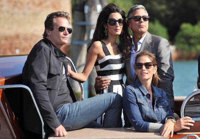 George Clooney, arriba a la derecha, su prometida Amal Alamuddin, Cindy Crawford y su esposo Rander Gerber en Venecia, Italia, el viernes 26 de septiembre de 2014. George Clooney y Alamuddin llegaron a Venecia el viernes para casarse acompañados por sus seres queridos y fotógrafos que registraban su paso por la romántica ciudad. (Foto AP/ Luigi Costantini)