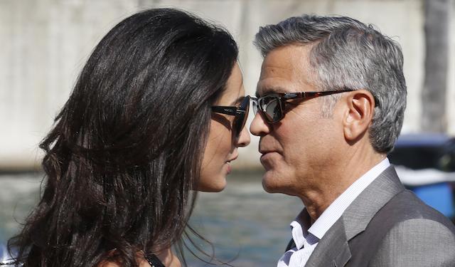 George Clooney, derecha y Amal Alamuddin llegan a Venecia, Italia, el viernes 26 de septiembre de 2014. Se espera que Clooney, de 53, y Alamuddin, de 36, se casen este fin de semana en Venecia. (Foto AP/Luca Bruno)