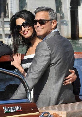 George Clooney, izquierda, y Amal Alamuddin en Venecia, Italia, el viernes 26 de septiembre de 2014. (Foto AP/Luigi Constantini)