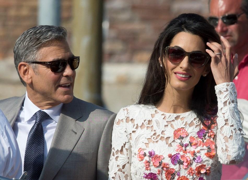 George Clooney y su esposa Amal Alamuddin parten del hotel de lujo Aman en Venecia, Italia, el domingo 28 de septiembre de 2014. (Foto AP/Andrew Medichini)