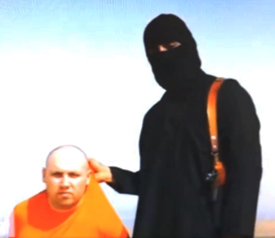 Una instantánea tomada de un video sin fecha difundido por Estado Islámico el 19 de agosto de 2014 muestra al periodista estadounidense Steven Sotloff arrodillado junto a un miliciano. (AP Foto, File)