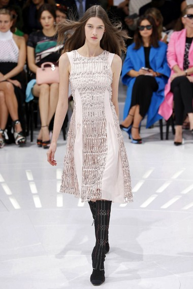 Una modelo muestra un diseño de Dior en la Semana de la Moda de París. Foto: telva.com