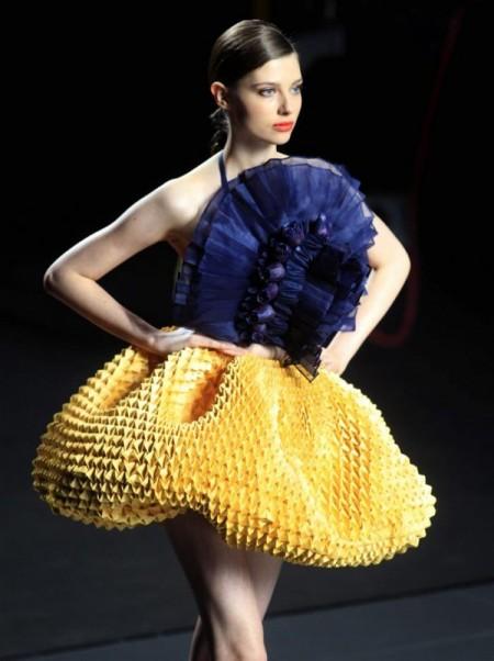 Una modelo luce las creaciones de la diseñadora Eva Soto Conde durante el Ego de la Madrid Fashion Week que se celebra en el recinto ferial Ifema de la capital. EFE/ VICTOR LERENA