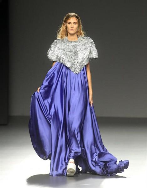 Una modelo luce las creaciones de la diseñadora Beatriz Peñalver durante el Ego de la Madrid Fashion Week que se celebra en el recinto ferial Ifema de la capital. EFE/ VICTOR LERENA