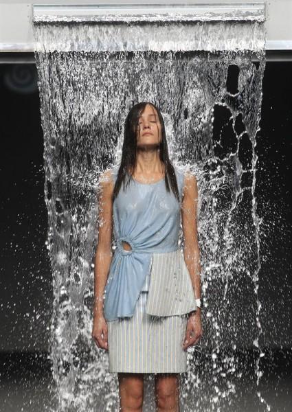 Una modelo desfila para la diseñadora Pepa Salazar en la celebración de El Ego, apartado de jóvenes diseñadores, en el cierre de la 60 edición de la Mercedes-Benz FashionWeek Madrid (MBFWM). EFE/ VICTOR LERENA