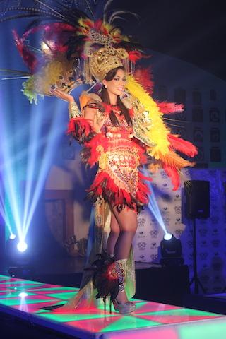 Belén Intriago luce un traje de la Tribu de los Mantas, representa a la sacerdotisa de Umiña, diosa de la salud, la exuberancia y la dicha que estaba representada por una esmeralda fina y muy grande, labrada en figura de cabeza humana.