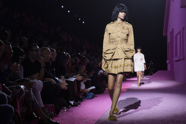 Una modelo presenta piezas de la colección de Marc Jacobs en la Semana de la Moda de Nueva York. (Foto AP/John Minchillo)