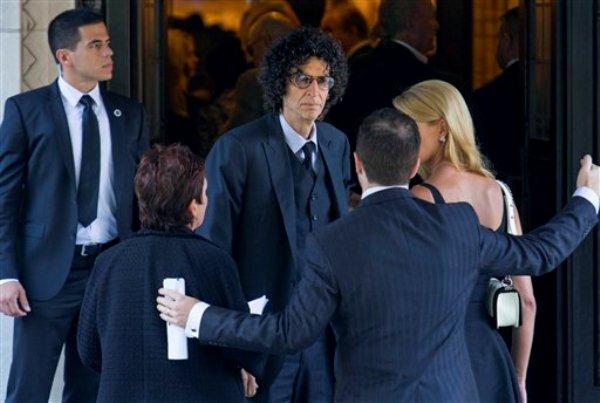 Howard Stern, al centro, arriba al funeral de la comediante Joan Rivers en el Templo Emanu-El en Nueva York, el domingo, 7 de septiembre del 2014. (Foto AP/Craig Ruttle)