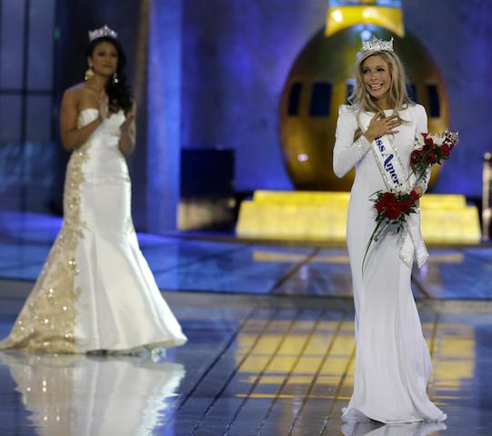 La señorita Nueva York Kira Kazantsev, a la derecha, tras ser elegida como Miss America 2015. (AP Photo/Mel Evans)