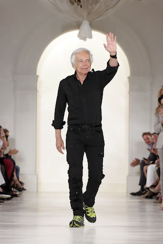 Ralph Lauren recibe el aplauso del público tras la presentación de su colección en la Semana de la Moda en Nueva York. (Foto AP/Richard Drew)