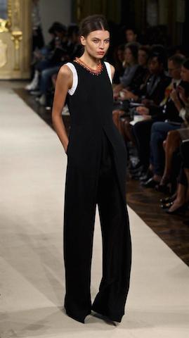 Una modelo desfila por la pasarela con una creación de la firma italiana Les Copains durante la Semana de la Moda de Milán. EFE/Mourad Balti Touati