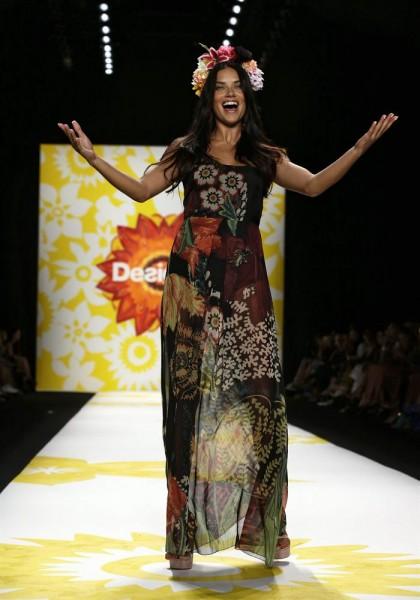La modelo brasileña Adriana Lima presenta una creación de la colección Primavera/Verano 2015 de la marca Desigual. EFE/JASON SZENES