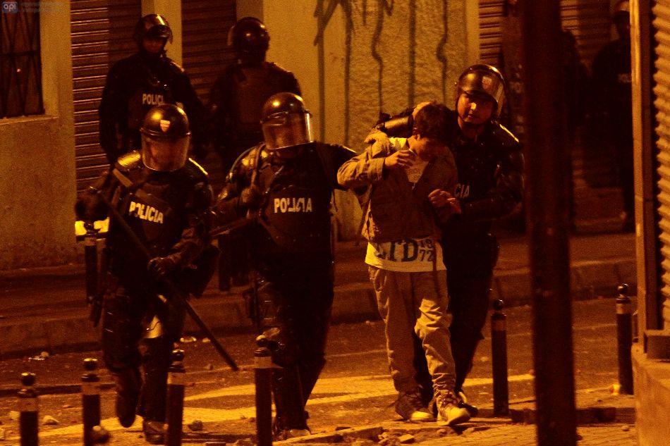 La Policía reprime las protestas durante el 17S, en las afueras del Colegio Mejía. API/Juan Cevallos