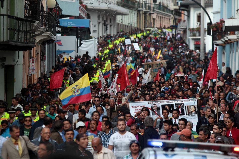 Manifestantes protestan con pancartas y banderas hoy, miércoles 17 de septiembre de 2014, en Quito (Ecuador). Cinco policías resultaron heridos durante una marcha de rechazo a medidas promovidas por el Gobierno de Ecuador, en cuya capital, se celebra también una concentración para expresar respaldo al Ejecutivo. EFE/José Jácome