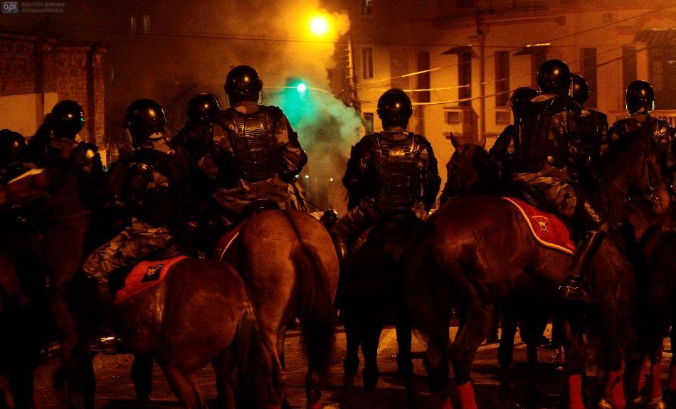 La Policía controlas manifestaciones en las afueras del Colegio Mejía, la noche del 17 de septiembre de 2014. API/Juan Cevallos