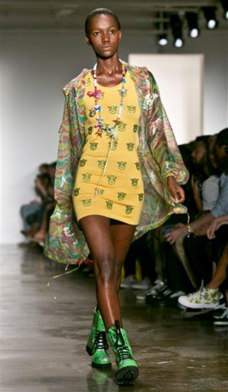 Una modelo presenta piezas de la colección de Jeremy Scott  primavera 2015 en la la Semana de la Moda el miércoles 10 de septiembre de 2014 en Nueva York.  (Foto AP/Bebeto Matthews)